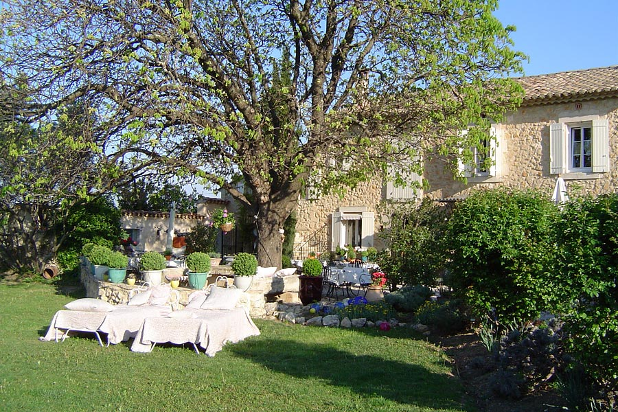 Maison et table d'hôtes de charme, roulotte Lagnes
